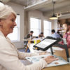 Ældre dame bruger Connect 12 på biblioteket
