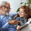 Ældre herre læser for barnebarn med OrCam MyEye
