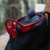 AfterShokz Aeropex Solar Red hviler på taske