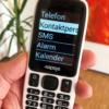 Billede af MiniVision Mobiltelefon der holdes i hånden