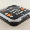 Billede af Victor Reader Stratus 12M set lidt fra siden, hvor USB og SD kort port sidder