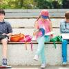 Billede af dreng der læser undervisningsmateriale på BrailleNote Touch Plus ved siden af to skolekammerater