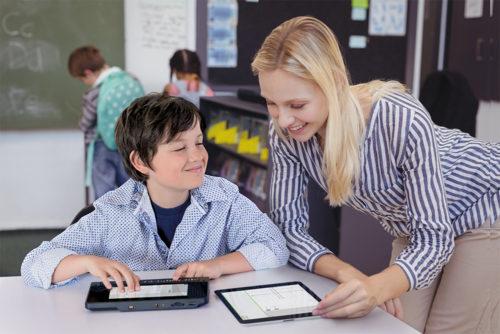 Billede af dreng i klasseværelset som får hjælp af underviser til matematiske grafer på BrailleNote Touch Plus