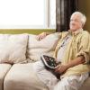 Billede af mand i sofa med sin Victor Reader Stratus 4