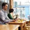 Billede af mand på cafe med sin PlexTalk Linio Pocket