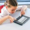 Billede af pige i klasseværelse med BrailleNote Touch Plus