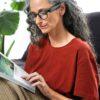 Kvinde læser med OrCam MyEye