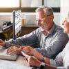Reveal 16i Ældre herre og kvinde udfylder formular