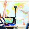 Und dreng bruger Connect 12 i klasseværelset med tavlekamera