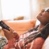 Ung kvinde lytter til Victor Reader Trek