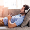Ung mand lytter til Victor Reader Trek