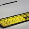 Billed af LogicLight USB Lampe med et LogicKeyboard NERO Sort på Gul svagsynstastatur