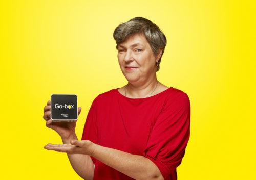 Billede af kvinde der holder Go-box i hånden