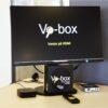 Billede af Vo-box opsætningn og Vo-box logo i skærm